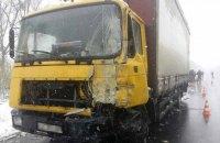 Под Харьковом микроавтобус столкнулся с грузовиком, есть погибшие