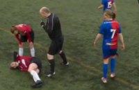 В чемпионате Шотландии футболистка вывихнула колено, но кулаком вправила его на место и доиграла матч до конца