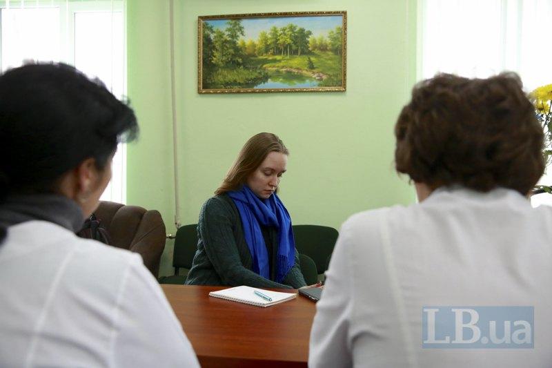 Спустя три года после выезда из Горловки, медсёстры Татьяна и Ирина всё еще боятся показывать лица. Говорят, что в Веселой долине они не чувствую себя в безопасности.