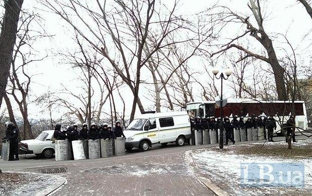 Автобусы и милиция возле здания Минздрава