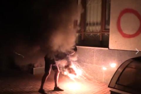 У Києві закидали фаєрами будівлю Росспівробітництва