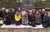 В России обманутые дольщики встали перед Путиным на колени