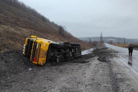 На Луганщині перекинулася вантажівка з понад 26 тонами мазуту