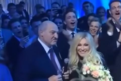 Лукашенко потанцював з випускниками вузів під Повалій