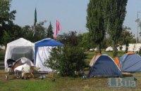 Киевляне три недели дежурят в сквере, чтобы защитить его от застройки