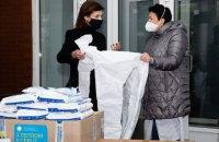 Марина Порошенко передала 200 захисних костюмів та 100 противірусних окулярів у Київську міську клінічну лікарню № 12