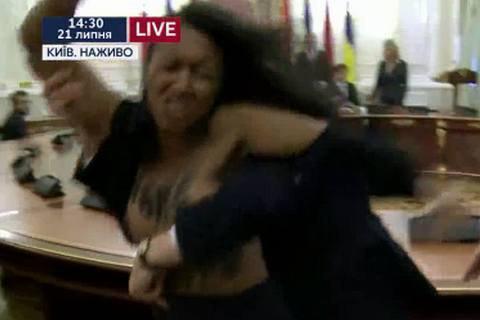 Активістці Femen загрожує до п'яти років за витівку на зустрічі Лукашенка і Порошенка