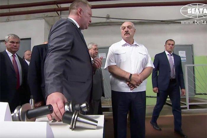Александр Лукашенко во время визита на Оршанский инструментальный завод, 14 августа, 2018.