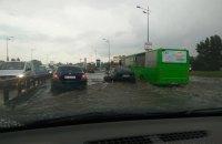 Сильный ливень в Киеве затопил улицу на левом берегу