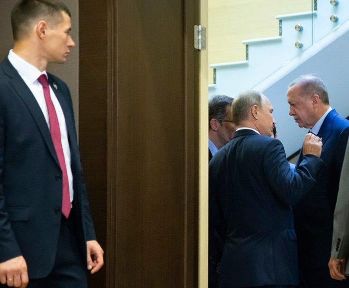 Владимир Путин беседует с Реджепом Тайипом Эрдоганом во время их встречи в резиденции Бочаров Ручей , Сочи, 17 сентября 2018