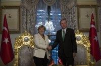 Меркель заявила о свободе искусства после жалобы Эрдогана на телеведущего