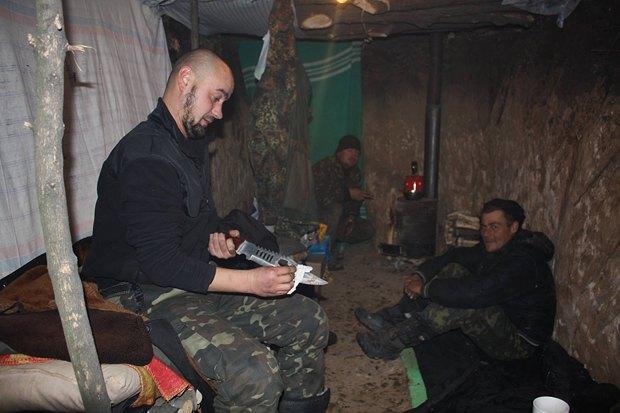 Украинские военны в землянке