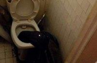 У Києві рятувальники звільнили чоловіка, який опустив руку в унітаз і застряг