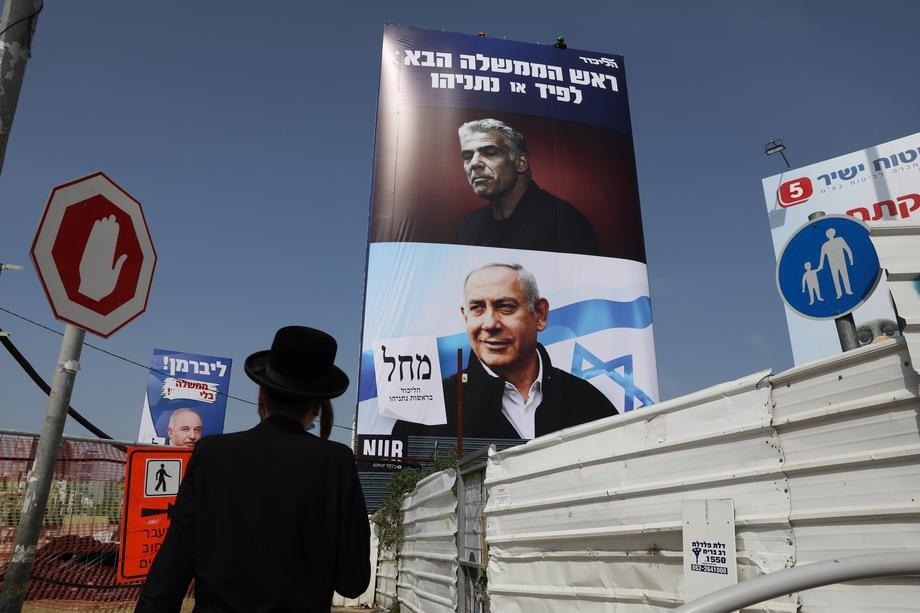Предвыборные постеры с изображением премьер-министра Израиля Биньямина Нетаньяху и лидера партии Еш Атид Яира Лапида в Рамат-Гане, 14 марта 2021 г.