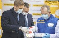 Не допустить эпидемии: Фонд Рината Ахметова передал медикам Украины 300 000 тестов на коронавирус
