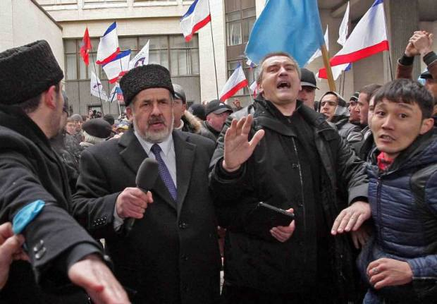 Идеологические противники Рефат Чубаров (слева) и Сергей Аксенов делают коридор в толпе, чтобы вывести пострадавших