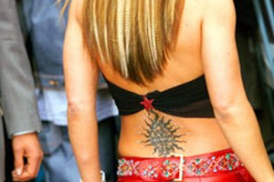 Татуювання на попереку позбавить дівчат можливості анестезії під час пологів