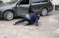 У Вінниці патрульні затримали п'яного водія, який не міг стояти на ногах і повзав по землі