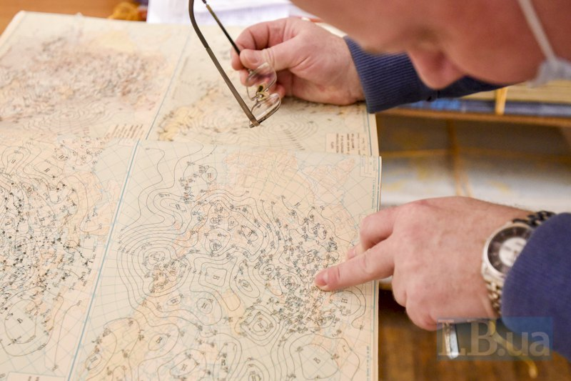 Метеоролог і проректор Валерій Хохлов показує карти, за якими в минулому столітті прогнозували погоду ― по цій можна визначити погоду 1 квітня 1951 року.