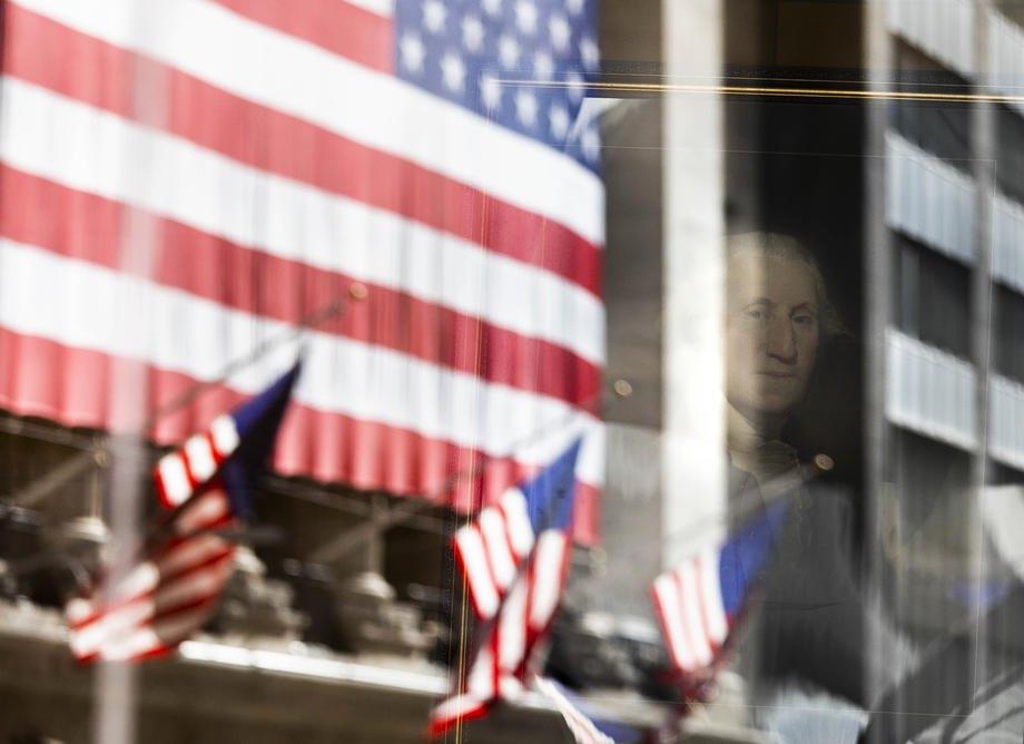 Портрет президента США Джорджа Вашингтона отражается в окне Нью-Йоркской фондовой биржи, Уолл-стрит, Нью-Йорке, 4 ноября 2020