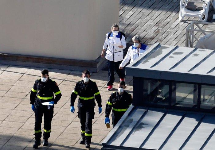 Лікарі та пожежники прогулюються в парку готельного клубу Vacanciel, де французькі громадяни перебувають на карантині після репатріації з району Ухань, недалеко від Марселя, 1 лютого 2020.