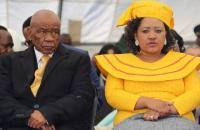 Премьер-министру Лесото предъявили обвинение в убийстве жены