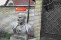 Донецкий судья украсил свой дом бюстами Ленина и Сталина