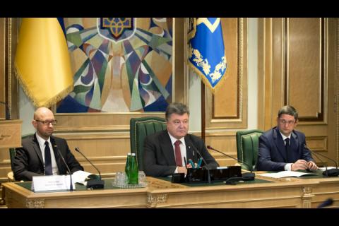 Порошенко разрешил губернаторам идти на выборы