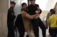 У Росії оштрафували чоловіка, який підняв росгвардійця на руки в метро