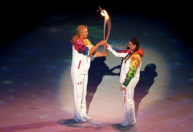 Шарапова передает факел прыгунье с шестом Елене Исинбаевой