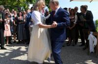 Путін на весіллі глави МЗС Австрії подарував молодятам тульський самовар