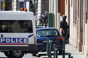 Террорист из Тулузы отпустил одну заложницу