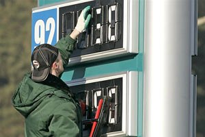Кабмин предложил Раде повысить акциз на бензин наполовину