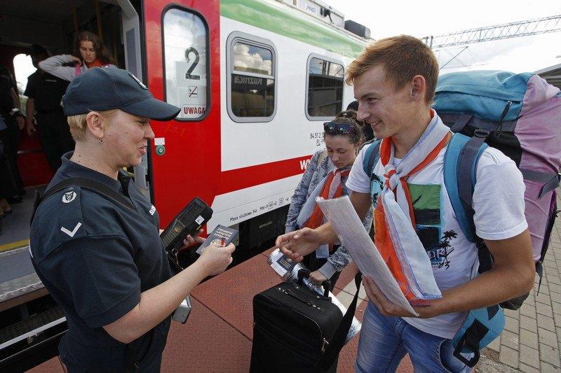 Офіцер митної служби Польщі перевіряє туристів на польсько-білоруському кордоні у Кузниці, Польща, 20 липня 2016