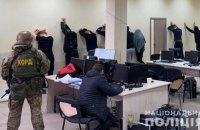 Поліція накрила колл-центр телефонних шахраїв зі штатом 100 осіб