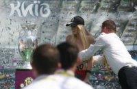 Активістка FEMEN перекинула кубок Євро-2012