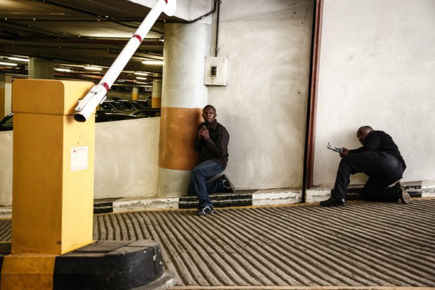 Вооруженные силы Кении заняли позиции на стоянке торгового центра