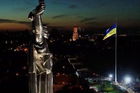 Самый большой флаг Украины приспустят из-за сильного ветра