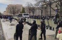 """Во Владикавказе устроили """"народный сход"""" против самоизоляции и закидали ОМОН камнями"""