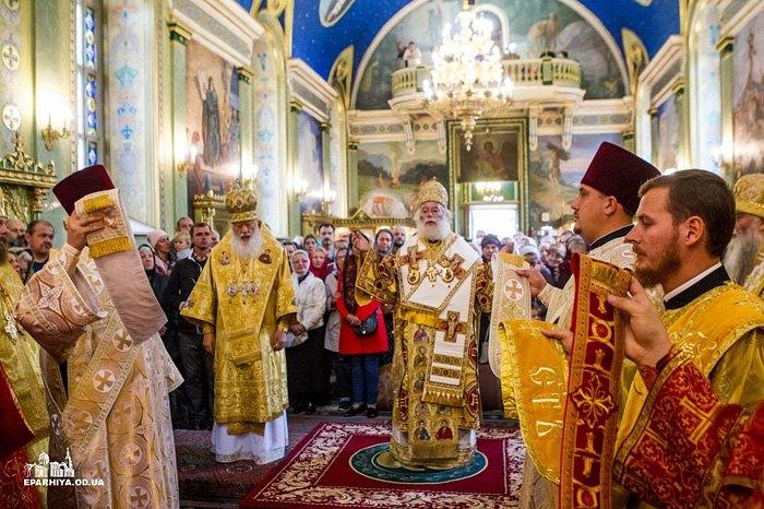 Патриарх Александрийской Церкви Феодор II ( справа) во время литургии в Свято-Троицком соборе Одессы, во время его дружественного визита в Украину, 28 сентября 2018.