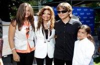 Дети Майкла Джексона передали детской больнице картины своего отца