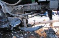 У Києві машина врізалася у бензовоз