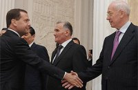 Азаров улетел к Медведеву