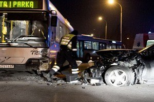 В Вильнюсе автомобиль посольства РФ врезался в автобус