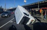У Києві на Деміївській мікроавтобус на ходу провалився в яму