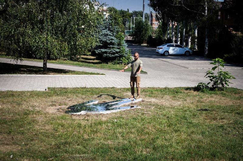 Художник Константин Зоркин возле своей работы Тень поэта