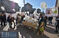 Жители левого берега Киева вышли к мэрии на протест против работы фанерного завода