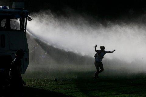 В Бельгии полиция применила слезоточивый газ и водометы против людей, которые пришли на фейковую вечеринку