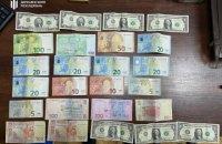 У Києві затримали поліцейського, який вкрав у потерпілого сумку із 240 тис. грн і золотом (оновлено)