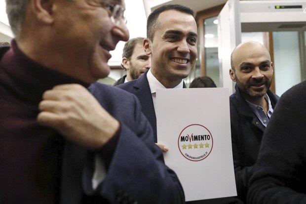 Луїджі Ді Майо (в центрі) презентує логотип руху «П'ять зірок», Рим, 19 січня 2018.